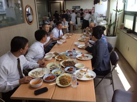 Almoço servido na cozinha da igreja após o culto, juntamente com o irmão Anderson e demais irmãos